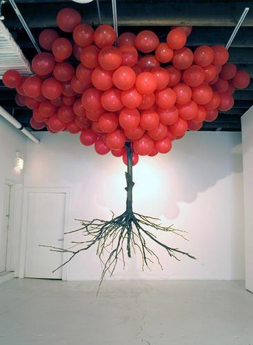 連根拔起的飄浮愛心樹
